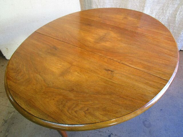 Table ovale en noyer
